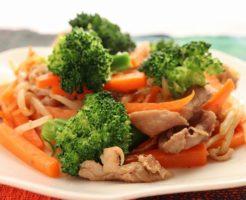 豚肉とにんじん、もやし、ブロッコリーの炒め物・アップの写真