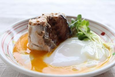 サバの小皿料理 サバの温泉卵添え