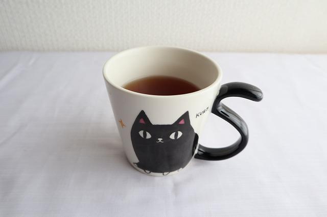 紅茶に酢生姜を入れてるところ