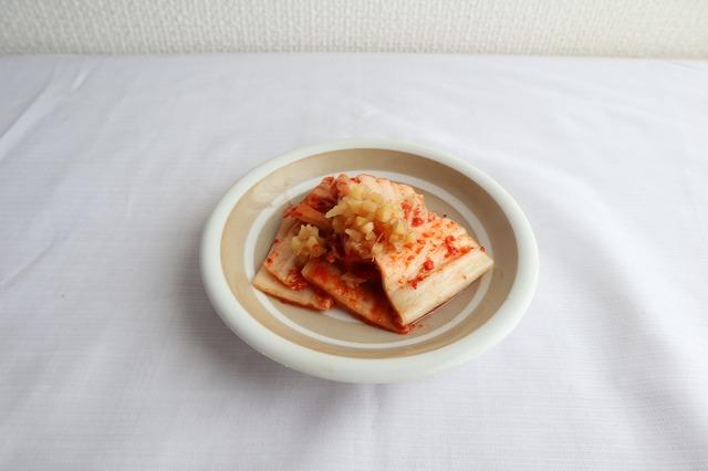 キムチに酢生姜を入れてるところ