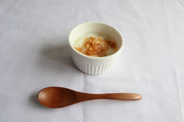 ヨーグルトに酢生姜を入れているところ