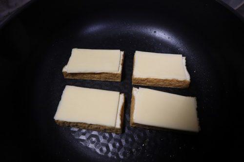厚揚げの上にチーズを乗せたものをフライパンに置いたところ