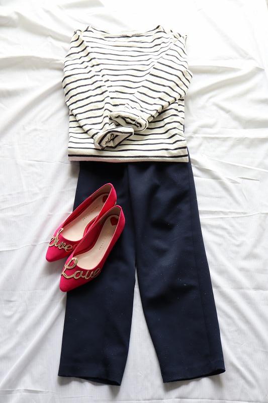 ジェリービーンズのピンクのパンプスと、ネイビーのファッションを合わせたコーディネイト例