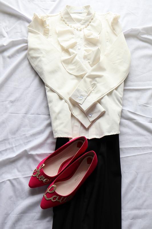 フリルのついたブラウスのファッションにジェリービーンズのピンクのパンプスを合わせたコーディネイト例
