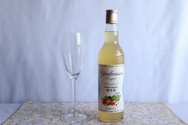 ワイングラスと優光泉のボトル