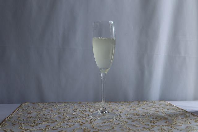 ワイングラスに優光泉と水が注ぎ終わったところ