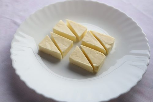 チーズを三角に切っているところ