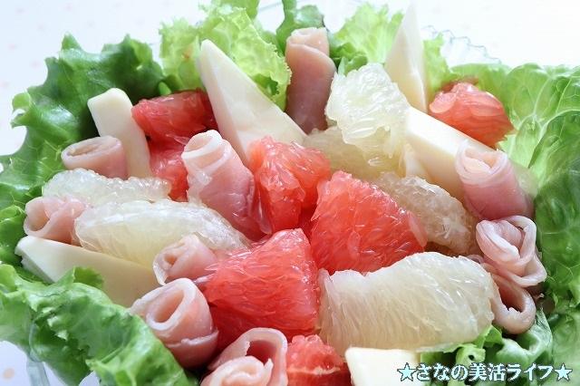 生ハムとグレープフルーツのサラダの出来上がり品のアップ写真